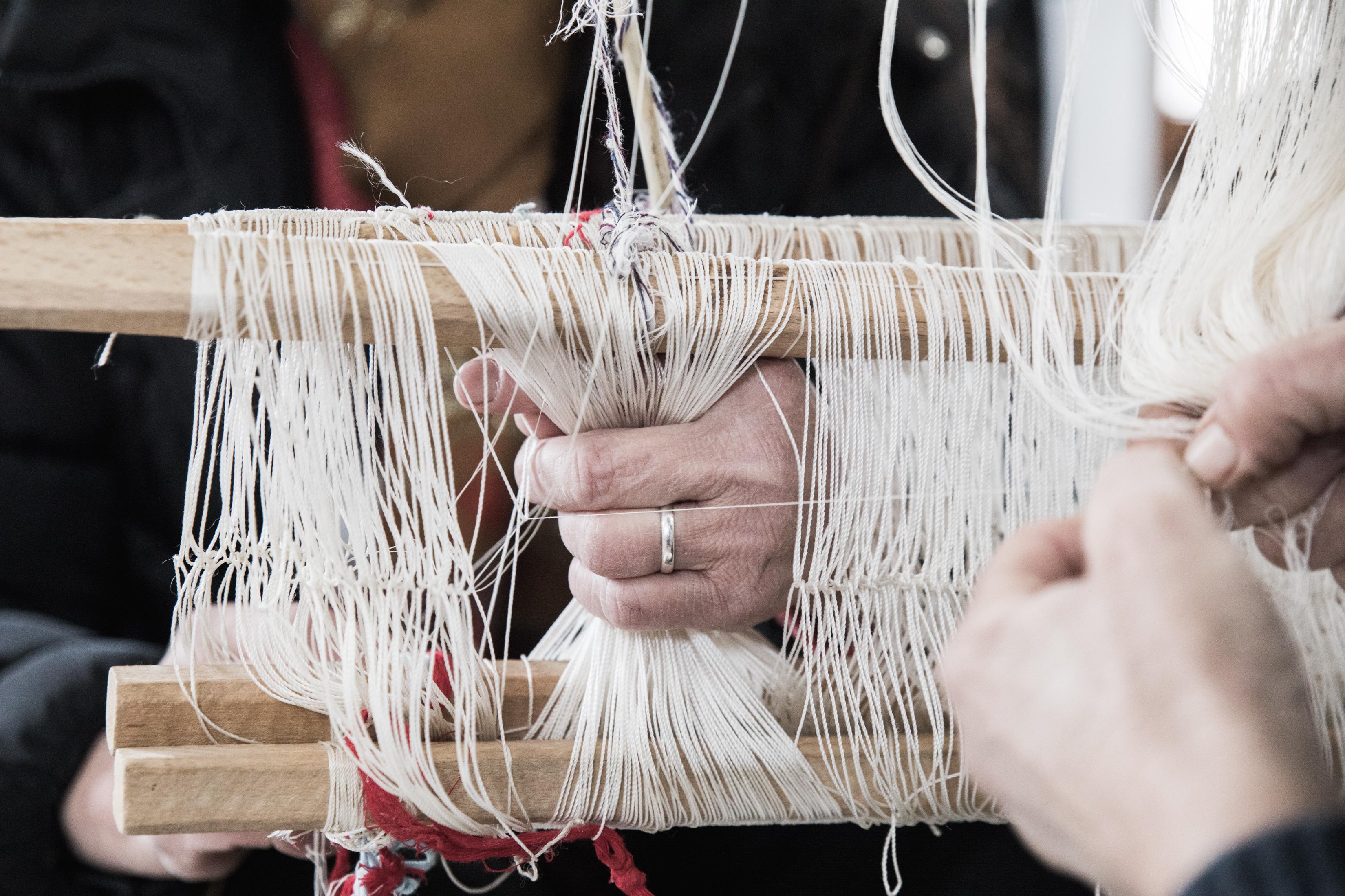 Tessitura in telaio in legno, nel villaggio Guri I Zi